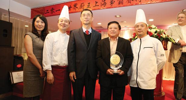 双人赛冠军获奖厨师及领队与刘春参赞合影