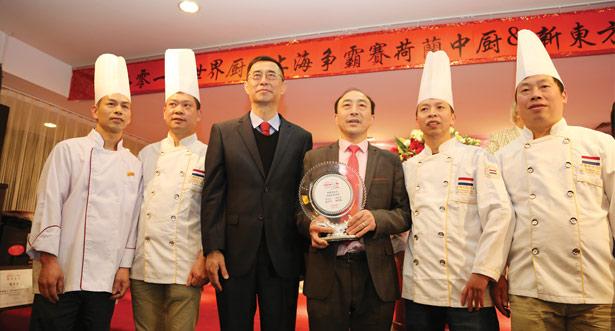 团体赛亚军获奖厨师及领队与刘春参赞合影