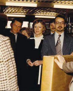 欧曼公司第二代掌门人Jack Alma jr(右)及其夫人(中)