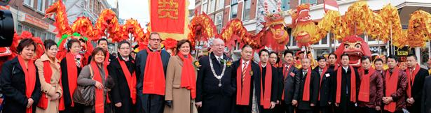 中国驻荷兰大使馆郑皓秘书与海牙副市长汉高先生及荷兰侨界代表在唐人街